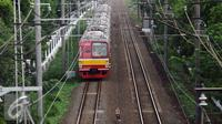 Rangkaian kereta commuter line saat melintas di dekat Stasiun Universitas Pancasila, Jakarta, Selasa (29/12/2015). Untuk mengakomodasi penumpang pada malam pergantian tahun, KRL Commuter Line akan beroperasi 24 jam. (Liputan6.com/Helmi Fithriansyah)