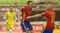 Dua pemain futsal Spanyol, Lozano (4) dan Miguelin (11), merayakan gol ke gawang Kazakhstan pada babak 16 besar Piala Dunia Futsal 2016 di Medellin, Rabu (21/9/2016). (AFP/Raul Arboleda)