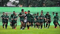 Timnas Indonesia U-22 berlatih di Stadion Gajayana, Malang, Jumat (8/2/2019). (Bola.com/Iwan Setiawan)