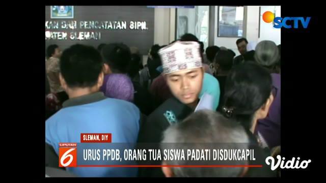 Ribuan warga datang untuk melegalisir berbagai dokumen dan akta sebagai syarat administrasi pendaftaran sekolah.