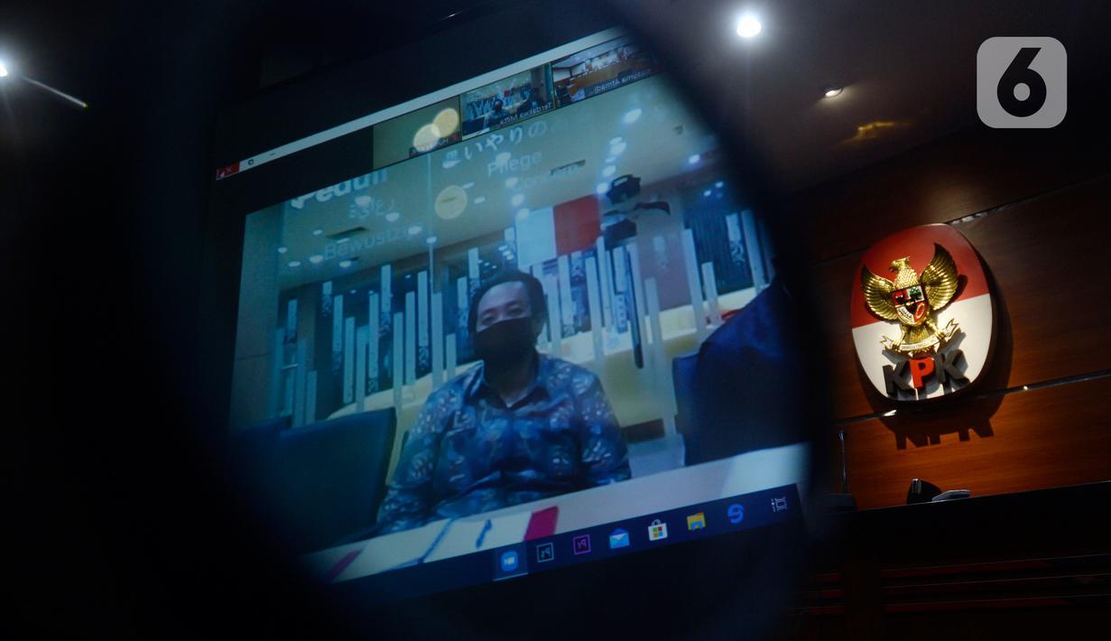 Terdakwa asisten mantan Menteri Pemuda dan Olahraga Imam Nahrawi, Miftahul Ulum menjalani sidang vonis secara online di Gedung KPK, Jakarta, Senin (15/6/2020). Miftahul ulum divonis bersalah dan dihukum 4 tahun penjara ditambah denda Rp 200 juta subsider 3 bulan kurungan. (merdeka.com/Dwi Narwoko)