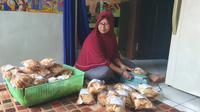 Wulaningsih asal Manokwari, Papua, memilih merintis usaha keripik keladi dan kerupuk. Istimewa