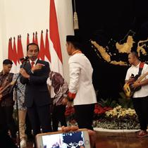 Hafal Pancasila, Petugas Paduan Suara Ini Dapat Sepatu Milik Jokowi (Intan Umbari Prihatin/Merdeka)