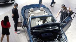 Para pengunjung mengamati kendaraan dalam Pameran Mobil Internasional Guangzhou ke-18 di China Import and Export Fair Complex di Guangzhou, China selatan (20/11/2020). Pameran dengan partisipasi dari berbagai pabrikan mobil dan pemasok suku cadang mobil internasional. (Xinhua/Lu Hanxin)