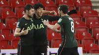 Bek Tottenham Hotspur, Ben Davies (kiri), melakukan selebrasi bersama rekan-rekannya usai mencetak gol kedua timnya ke gawang Stoke City dalam laga perempatfinal Piala Liga Inggris Carabao Cup di Bet365 Stadium, Rabu (23/12/2020). Tottenham menang 3-1 atas Stoke. (AP/Rui Vieira)