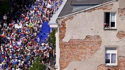 Pengunjuk rasa melakukan pawai saat unjuk rasa di jalanan Warsaw, Polandia, Sabtu (7/5). Mereka turun ke jalan memprotes pemerintahan baru Polandia yang dipegang oleh partai konservatif. (REUTERS/Kacper Pempel)