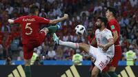 Striker Spanyol, Diego Costa, berebut bola dengan bek Portugal, Raphael Guerreiro, pada laga Grup B Piala Dunia di Stadion Fisht, Sochi, Jumat (15/6/2018). Kedua negara bermain imbang 3-3. (AP/Manu Fernandez)