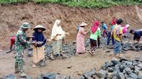 Perempuan di Desa Karangjambu tak kalah dengan kaum pria menyengkuyung program TMMD ke-101 Kodim Purbalingga. (Foto: Liputan6.com/Kodim 0702/PBG/Muhamad Ridlo)