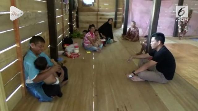 Satu keluarga dan anak-anak asal Polewali Mandar, Sulawesi Barat yang menjadi Tenaga Kerja Indonesia (TKI) di Malaysia akhirnya tiba dengan selamat di kampung halamannya, Selasa (23/10/2018).