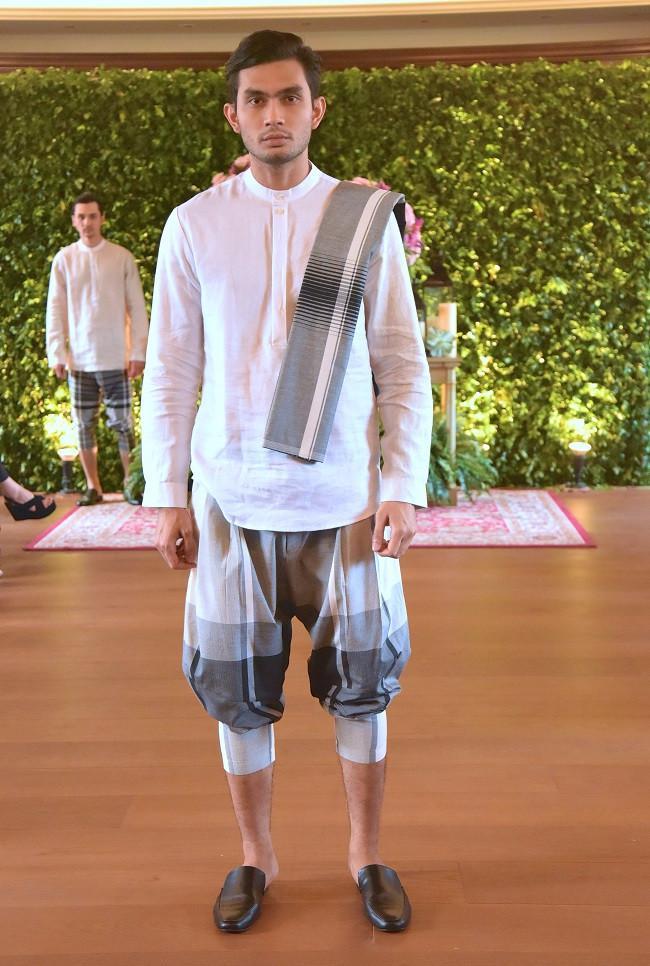 Gajah Duduk berkolaborasi dengan desainer Indonesia ternama Itang Yunasz meluncurkan dua lini koleksi terbaru.