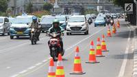 Pengendara sepeda motor melintasi di samping jalur sepeda di Jalan MH Thamrin, Jakarta, Selasa (24/9/2019). Jalur sepeda tersebut sedang dalam masa uji coba mulai 20 September hingga 19 November 2019. (Liputan6.com/Herman Zakharia)