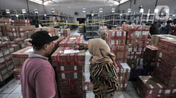 Petugas PPNS BPOM mendata barang bukti hasil pengungkapan kasus peredaran obat dan makanan ilegal di sebuah gudang kawasan Sunter, Jakarta, Selasa (10/12/2019). BPOM menyita 43.071 kosmetik, 58.355 obat tradisional, dan 14.533 pangan olahan ilegal senilai Rp 53 miliar. (merdeka.com/Iqbal Nugroho)