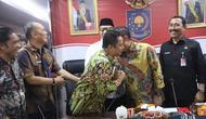 Wali Kota Tangerang Arief Wismansyah dan Sekjen Kemenkumham Bambang Sariwanto bersalaman dalam rapat yang difasilitasi Kemendagri, Kamis (18/7/2019) (foto: dokumentasi Humas Kemendagri).