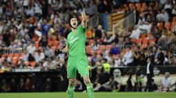 Kiper Arsenal, Petr Cech, melakukan selebrasi usai lolos ke final Liga Europa setelah mengalahkan Valencia di Stadion Mestalla, Valencia, Kamis (9/5). Arsenal unggul agregat 7-3 atas Valencia. (AFP/Javier Soriano)