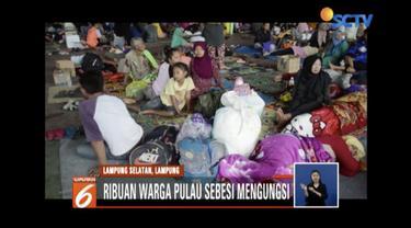 Sebanyak 200 warga Pulau Sebesi memilih bertahan di rumah yang terdampak tsunami untuk menjaga harta benda.