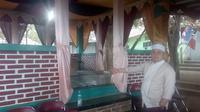 Juru kunci makam Godok Tatang menunjukan lokasi pencucian benda pusaka peninggalan Prabu Kiansantang (Liputan6.com/Jayadi Supriadin)