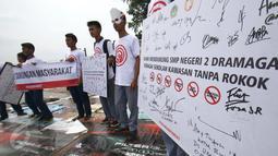 Sejumlah pelajar yang mewakili dari 30 sekolah Bekasi, Tangerang dan Bogor saat beraksi di depan Istana Presiden, Jakarta, Sabtu (25/2). (Liputan6.com/Helmi Afandi)
