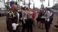 Kapolres Garut AKBP Budi Satria Wiguna menyematkan pita tanda dimulainya operasi zebra (Liputan6.com/Jayadi Supriadin)
