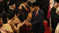 Presiden Joko Widodo atau Jokowi menyalami tokoh nasional usai memberikan tanda kehormatan di Istana Negara, Jakarta, Kamis (15/8/2019). Sebanyak 29 orang mendapat gelar tanda kehormatan Bintang Mahaputra Utama dan Bintang Jasa Utama dalam rangka peringatan HUT ke-74 RI. (Liputan6.com/Angga Yuniar)