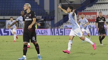 Pemain SPAL Sergio Floccari (kanan) melakukan selebrasi usai mencetak gol ke gawang AC Milan pada pertandingan Serie A di Stadion Paolo Mazza, Ferrara, Italia, Rabu (1/7/2020). Pertandingan berakhir dengan skor 2-2. (Filippo Rubin/LaPresse via AP)
