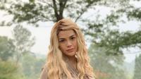 Niki mengunggah foto diri saat mengenakan wig. Niki tampil nyentrik, dengan pilihan wig berwarna blonde dengan gaya rambut wavy beach. Busana yang dipakainya juga terbilang santun, berbeda dari gaya seksi yang biasa ia pamerkan. (Liputan6.com/IG/nikitamirzanimawardi_17)