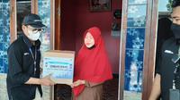 PT Angkasa Pura II memberi ratusan paket sembako bagi warga di sekitar Bandara Internasional Soekarno Hatta yang tidak mudik (dok: AP II)