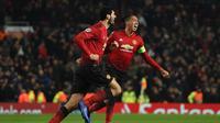 Selebrasi Marouane Fellaini bersama Chris Smalling usai berhasil mencetak gol penentu kemenangan Manchester United pada laga lanjutan liga champions yang berlangsung di stadion Old Trafford, Rabu (28/11). Manchester United sukses menang 1-0 atas Young Boy