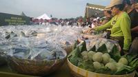 Komunitas Pelaku Usaha Mojokerto (KPUM), Jawa Timur kompak membuat jajanan onde-onde sebanyak 20.400 buah.