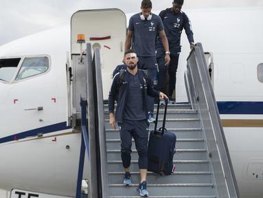 Pemain Prancis, Olivier Giroud turun dari pesawat saat tiba di Sheremetyevo international airport, Moskow, Rusia, (10/6/2018). Pada laga perdana Prancis akan melawan Australia. (AP/Pavel Golovkin)