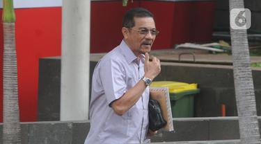 Mantan Menteri Dalam Negeri (Mendagri) Gamawan Fauzi  tiba untuk menjalani pemeriksaan di Gedung KPK, Jakarta, Senin (18/11/2019). Gamawan diperiksa terkait kasus dugaan korupsi proyek pembangunan gedung Kampus IPDN untuk tersangka mantan pejabat Kemendagri, Dudy Jocom. (merdeka.com/Dwi Narwoko)