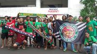 Suporter Persija, Persebaya, dan Sriwijaya FC mulai memenuhi Stadion Manahan, Solo, jelang babak 8 besar Piala Presiden 2018. (Bola.com/Ronald Seger Prabowo)