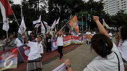 "Relawan mengibarkan bendera mendeklarasikan kegiatan ""Relawan Cinta Ahok"", Jakarta, Sabtu (17/9). Dalam kegiatan tersebut mereka mendukung dan berharap Gubernur Basuki T Purnama kembali mencalonkan diri pada Pilkada 2017-2022. (Liputan6.com/Johan Tallo)"