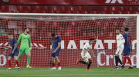Pemain Sevilla, Marcos Acuna, melakukan selebrasi usai mencetak gol ke gawang Atletico Madrid pada laga Liga Spanyol di Stadion Ramon Sanchez-Pizjuan, Minggu (4/4/2021). Sevilla menang dengan skor 1-0. (AP Photo/Angel Fernandez)