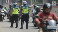 Polisi lalu lintas memberhentikan pengendara sepeda motor saat menggelar razia Operasi Patuh Jaya 2019 di kawasan Kebon Nanas, Jakarta, Kamis (29/8/2019). Diketahui, Operasi Patuh Jaya 2019 di wilayah hukum Polda Metro Jaya mulai digelar hari ini hingga 11 September 2019. (merdeka.com/Imam Buhori)