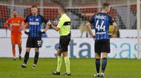 Pemain Inter Milan tampak kecewa usai ditaklukkan AC Milan pada laga perempat final Coppa Italia di Stadion San Siro, Rabu (27/12/2017). AC Milan menang 1-0 atas Inter Milan. (AP/Antonio Calanni)