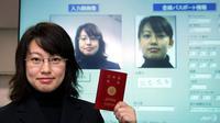 Seorang wanita memegang paspor Jepang. (AFP)