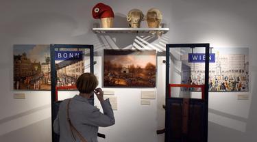 Seorang wanita mengunjungi Museum Beethoven di Wina, Austria (2/7/2020). Museum Beethoven dibuka kembali pada Rabu (1/7) setelah ditutup sementara karena pandemi COVID-19. (Xinhua/Guo Chen)