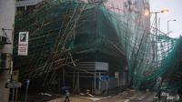 Sebagian struktur sebuah bangunan di Hong Kong rusak akibat Topan Mangkhut (16/7) (AFP PHOTO)