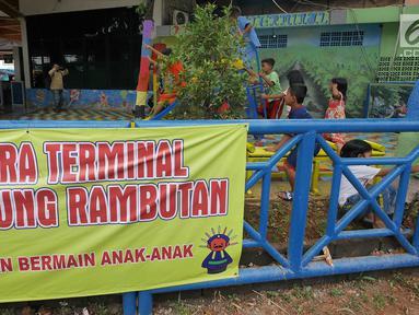 Sejumlah anak bermain dengan fasilitas permainan yang tersedia di RPTRA Terminal Kampung Rambutan, Jakarta, Senin (27/5/2019). Menyambut arus mudik Lebaran 2019, RPTRA mini ini diharapkan bisa memberi hiburan bagi anak-anak yang hendak menunggu keberangkatan. (Liputan6.com/Herman Zakharia)