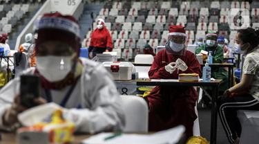 FOTO: Ribuan Tenaga Kesehatan Jalani Vaksinasi Dosis Pertama Secara Massal