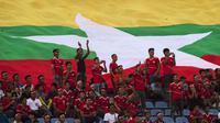 Suporter Timnas Myanmar menjadi yang paling loyal memadati stadion sampai matchday kedua Piala AFF 2018. (AFP/Ye Aung Thu)