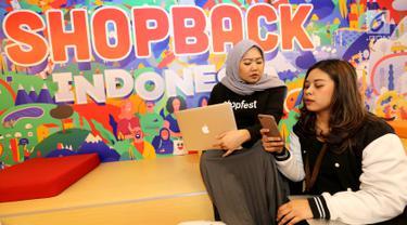 Karyawan berdiskusi di kantor baru ShopBack, Wisma 77, Jakarta Barat, Rabu (21/8/2019). Kantor tersebut akan mendukung strategi ShopBack untuk membangun fitur-fitur cashback rewards dan pencariaan kupon belanja. (Liputan6.com/HO/Vinda)