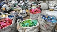 Pekerja memilah sampah plastik di pabrik pengolahan kawasan Kapuk, Cengkareng, Jakarta, Selasa (17/9/2019). Pabrik membeli sampah plastik dari para pemulung dengan harga Rp 3.000 per Kg. (merdeka.com/Arie Basuki)