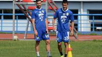 Striker dan gelandang Persib, Jonathan Bauman serta Oh In-kyun (kanan). (Bola.com/Muhammad Ginanjar)