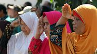 Puluhan tuna netra mengikuti upacara peringatan HUT ke-74 RI di Bhakti Candrasa, Sabtu (17/8).(Liputan6.com/Fajar Abrori)