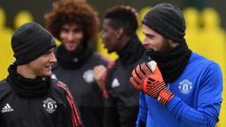 Pemain Manchester United, Ander Herrera berdiskusi dengan David De Gea saat berlatih di kompleks latihan dekat Carrington, Manchester, Selasa (21/11/2017). MU akan melawan Basel pada lanjutan Liga Champions. (AFP/Paul Ellis)