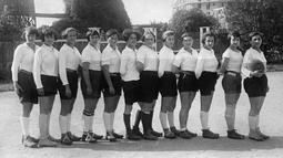 Foto tim klub sepak bola wanita asal Paris bernama FEmina Sport pada tahun 1920. Klub ini berdiri sejak tahun 1912 dan berhasil meraih 11 gelar juara hingga tahun 1932. ( AFP )