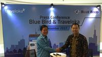 Direktur PT Blue Bird,Tbk Sigit Priawan Djokosoetono dan Senior Vice President Business Develpoment Traveloka, Caesar Indra di Kantor Pusat Blue Bird Group, pada Selasa (19/12/2017). (Liputan6.com/Ilyas Istianur P)