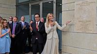 Putri Donald Trump Ivanka Trump memperkenalkan plakat saat peresmian pembukaan kedutaan AS di Yerusalem (14/5). Ivanka Trump meresmikan pemindahan kedutaan AS yang sebelumnya di Tel Aviv ke Yerusalem. (AFP/Menahem Kahan)