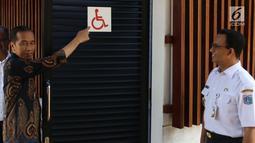 Presiden Jokowi didampingi Gubernur DKI Anies Baswedan mengecek toilet untuk kaum disabilitas di Kompleks Gelora Bung Karno, Senayan, Jakarta, Selasa (16/10). Jokowi meninjau fasilitas umum untuk masyarakat berkebutuhan khusus. (Liputan6.com/Angga Yuniar)